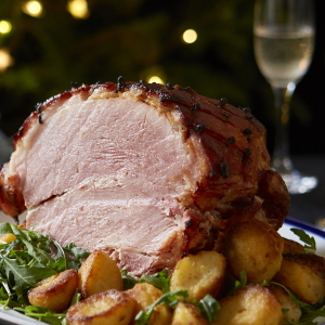 Example of Christmas dinner with ham and sparkling wine.