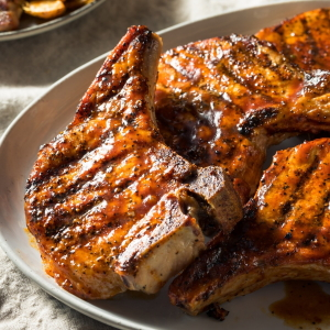 Example of grilled pork chops with barbecue sauce.